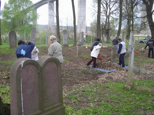 Gyülekezetünk kis csoportja is besegített a kőröshegyi zsidó temető tavaszi rendezgetésébe